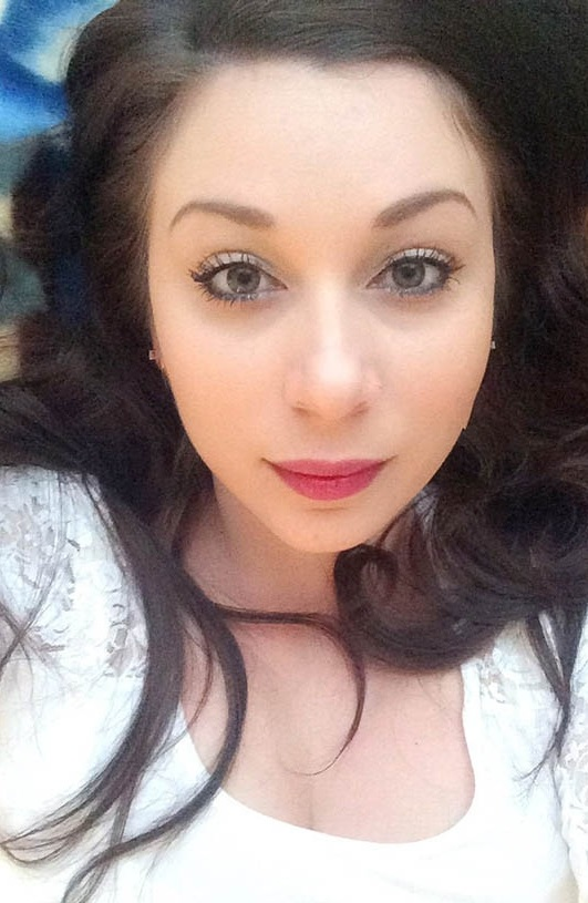 bildhübsch, rosa Lippen, schwarze Haare, unschuldig, schöne Augen, geschminkt, partnersuche, kontaktanzeige