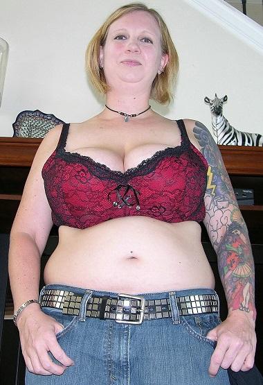 große Brüste, tätowierung, halskette, füllig, rubens, blondes Haar, tittenfick, 90F, Hausfrau, dominant, beißen, cockold, bedienen, muschilecken, vollpissen, Fuß fetisch, partnersuche, kontaktanzeige