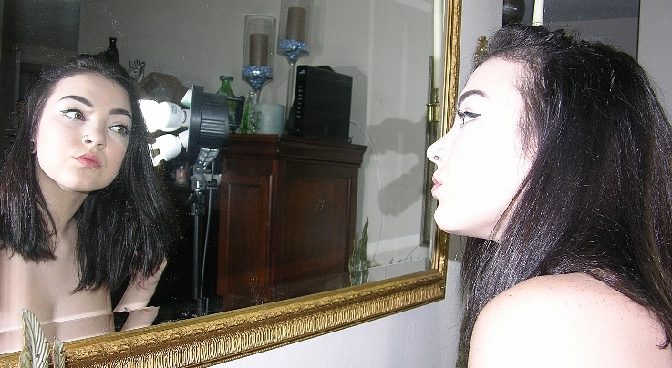 Liebe, schwarze Haare, geschminkt, blasse Haut, hübsch, hübsches Mädchen, Spiegel, partnersuche, kontaktanzeige