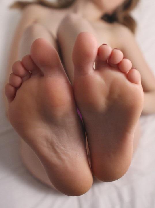 Füße, nackte Füße, Zehen, Frauen Füße, schöne Füße, nackte Füße, gepflegte Füße, Fussfetisch, partnersuche, kontaktanzeige, foot lover, footlover, liking feets, painted toenails, sexy feet, sexy babe, sexy girl, under my feets, feet massage, cock massage with feets, wet pussy, relationship, single, finding a partner